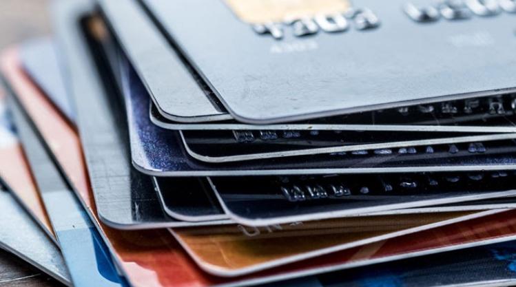 Hohe Zinsen und Gebühren bei Kreditkarten